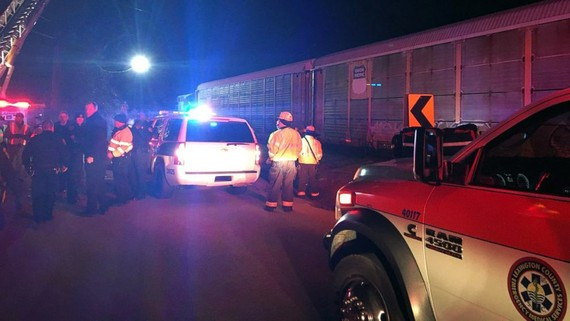 Các lực lượng cứu hộ tại hiện trường tai nạn xe lửa ở thành phố Cayce, quận Lexington, bang South Carolina, Mỹ, ngày 4-2-2018. Ảnh do Cảnh sát Lexington công bố