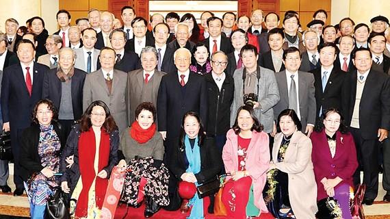 Tổng Bí thư Nguyễn Phú Trọng và các đồng chí lãnh đạo Đảng, Nhà nước chụp ảnh chung với các  đại biểu trí thức, văn nghệ sĩ