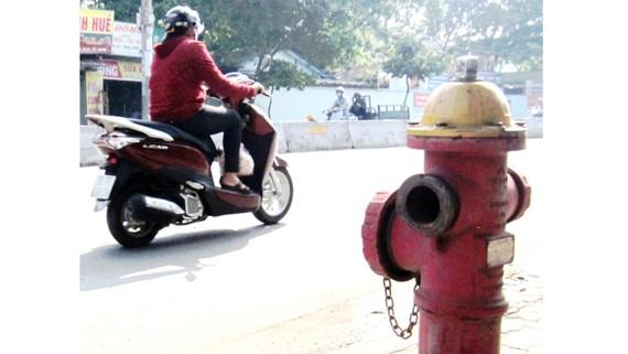 """Một trụ nước chữa cháy """"há miệng"""" do bị mất nắp trên đường Quang Trung, quận Gò Vấp"""
