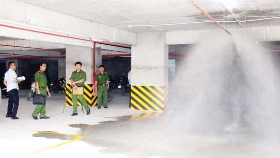 Kiểm tra hệ thống chữa cháy tự động tại tầng hầm một chung cư trên địa bàn quận 12, TPHCM. Ảnh: TUẤN VŨ