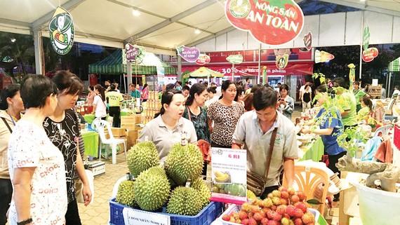 Người tiêu dùng tìm mua các sản phẩm an toàn tại một hội chợ trên địa bàn TPHCM