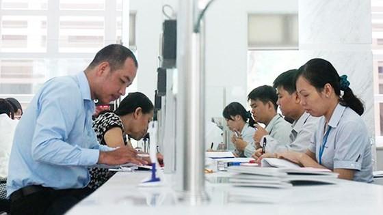 Cán bộ UBND quận 1 giải quyết hồ sơ cho người dân