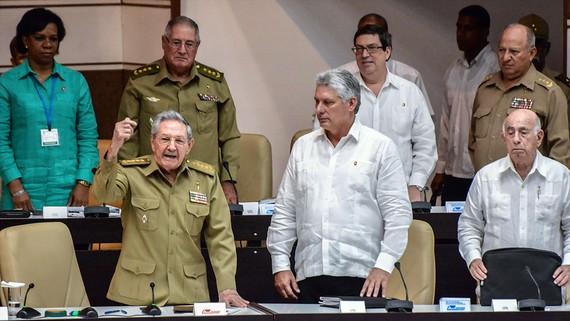 Chủ tịch Cuba Raul Castro (hàng đầu, bìa trái) và Phó Chủ tịch thứ nhất Diaz-Canel (giữa) tại một phiên họp Quốc hội Cuba năm 2017