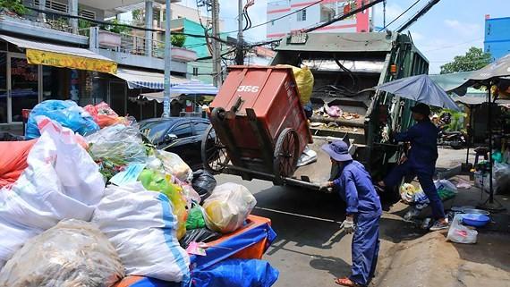 Thu gom chất thải rắn sinh hoạt tại quận 8. Ảnh: CAO THĂNG
