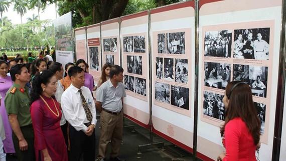 Các đại biểu tham quan triển lãm. Ảnh: TTXVN