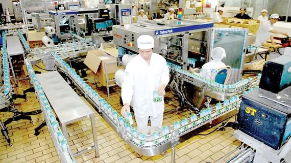 Sản xuất sữa cung ứng bình ổn thị trường tại một doanh nghiệp. Ảnh: THÀNH TRÍ