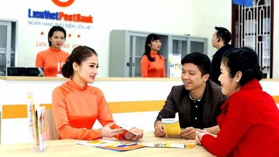 Nhân viên Ngân hàng Liên Việt tư vấn khách hàng việc chuyển tiền quốc tế an toàn