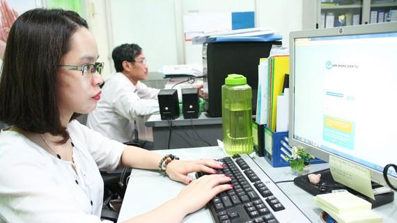 Nhân viên Sawaco xử lý công việc trên văn phòng điện tử