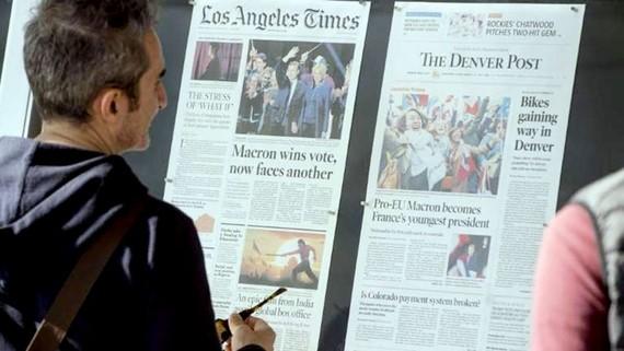 Độc giả xem báo in tại Mỹ