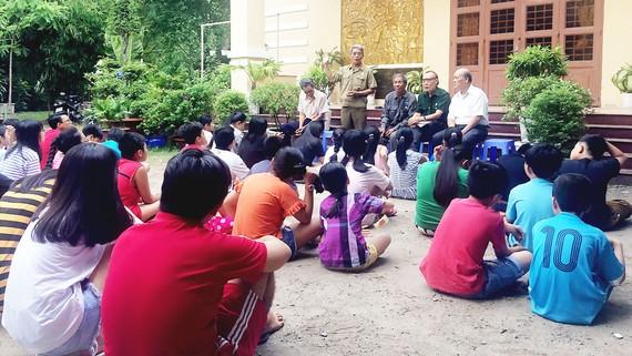 Chú Nguyễn Quang Trung (đứng) cùng các chú trong Chi hội Cựu chiến binh khu phố 1 kể chuyện truyền thống với các bạn trẻ