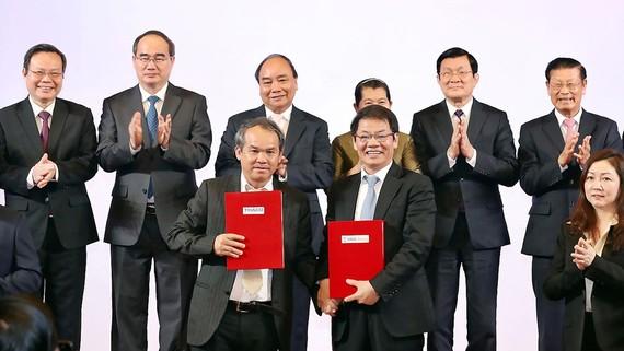 Thủ tướng Nguyễn Xuân Phúc, nguyên Chủ tịch nước Trương Tấn Sang và Bí thư Thành ủy TPHCM Nguyễn Thiện Nhân cùng các đại biểu chứng kiến ký kết thỏa thuận hợp tác chiến lược giữa HAG và Thaco. Ảnh: TTXVN
