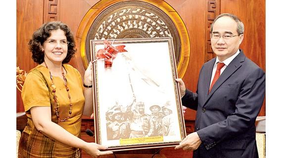 Đại sứ Cuba Lianys Torres Rivera tặng quà lưu niệm Bí thư Thành ủy TPHCM Nguyễn Thiện Nhân. Ảnh: VIỆT DŨNG