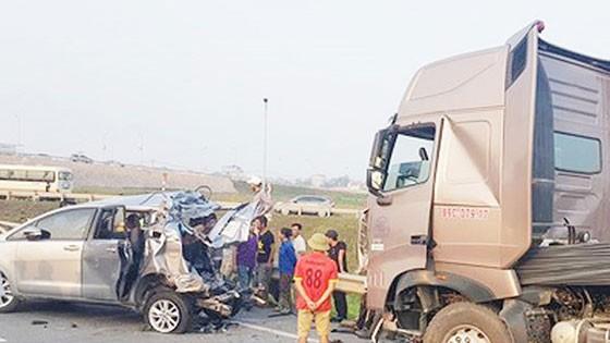 Chưa rõ 2 vấn đề trong vụ án xe container đâm xe Innova lùi trên cao tốc