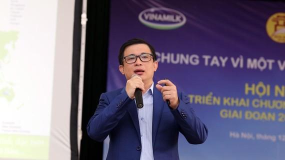 Ông Lê Văn Đức – Trưởng ban phát triển đối tác cộng đồng Vinamilk trả lời các thắc mắc của đại biểu