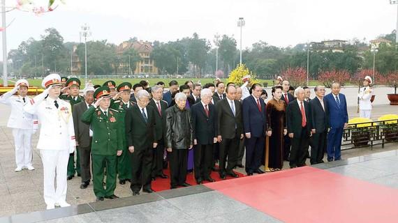 Đoàn đại biểu lãnh đạo Đảng, Nhà nước, Mặt trận Tổ quốc Việt Nam, do Tổng Bí thư, Chủ tịch nước Nguyễn Phú Trọng dẫn đầu, đến đặt vòng hoa và vào Lăng viếng Chủ tịch Hồ Chí Minh. Ảnh: TTXVN