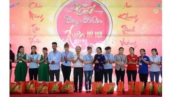 Phó Bí thư Thành ủy TPHCM Võ Thị Dung tặng quà các công nhân không có điều kiện về quê. Ảnh: MINH PHONG