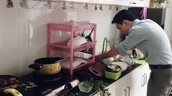 Đàn ông chia sẻ việc nhà để giữ gìn hạnh phúc gia đình