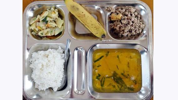 Bữa trưa 5 món, đủ chất được đặt ngăn nắp trong khay cơm sáng bóng