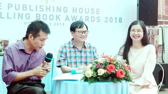 Hai nhà văn Nguyễn Nhật Ánh (giữa) và Dương Thụy (phải) giao lưu với bạn đọc