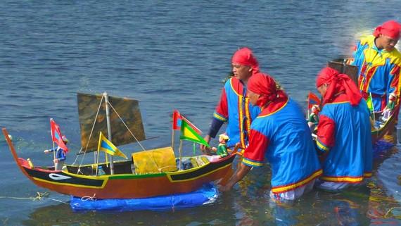 Nghi lễ thả mô hình thuyền ra biển trong Lễ khao lề thế lính Hoàng Sa