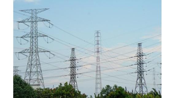 Công trình vượt sông Soài Rạp đưa điện từ Nhà Bè qua Cần Giờ. Ảnh: HOÀNG HÙNG