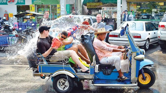 Du khách tham gia lễ hội Songkran ở Thái Lan
