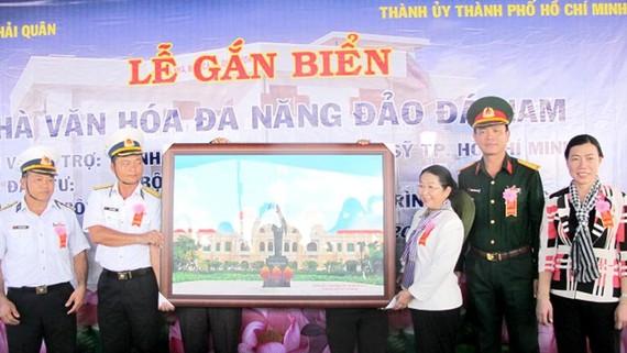 Đồng chí Võ Thị Dung trao bức tranh TPHCM trong lễ gắn biển công trình Nhà văn hóa đa năng do Đảng bộ, chính quyền và nhân dân TPHCM tặng đảo Đá Nam
