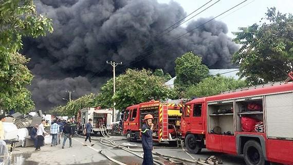 Cảnh sát PCCC TPHCM chữa cháy ở một cơ sở sản xuất tại quận Bình Tân