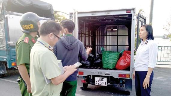Trạm kiểm dịch động vật Thủ Đức phát hiện xe tải chở sản phẩm thịt heo không có giấy kiểm dịch từ tỉnh Đồng Nai vào TPHCM qua phà Cát Lái