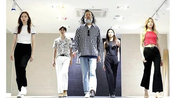 Kim Chil-doo, 65 tuổi, tự tin giữa những người mẫu trẻ