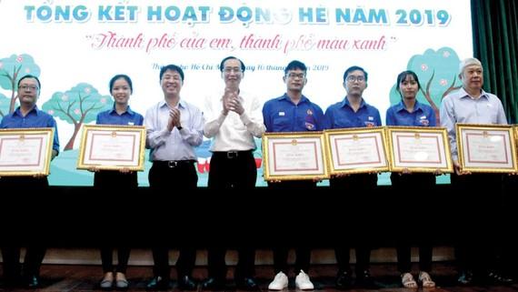 Phó Chủ tịch Thường trực UBND TPHCM Lê Thanh Liêm trao bằng khen cho các tập thể