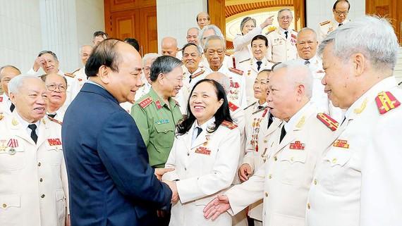 Thủ tướng Nguyễn Xuân Phúc thăm hỏi cán bộ công an chi viện chiến trường miền Nam. Ảnh: TTXVN