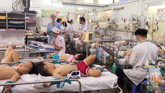 Bệnh nhi điều trị bệnh tay chân miệng tại Bệnh viện Nhi đồng 1