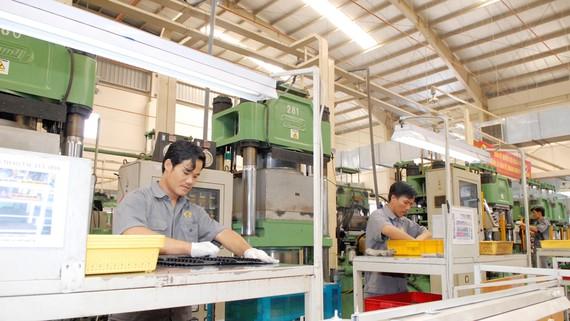 Sản xuất cao su xuất khẩu tại Công ty Cổ phần Cao su Thống Nhất. Ảnh: CAO THĂNG
