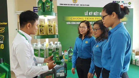 Đoàn viên công đoàn tìm hiểu các sản phẩm củaSaigon Petro
