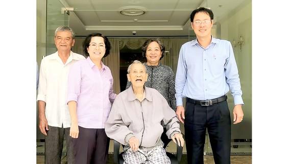 Nhân sĩ Nguyễn Hữu Hạnh và gia đình đến thăm trụ sở mới của MTTQ TPHCM năm 2018