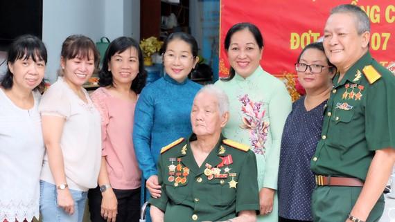 Phó Bí thư Thành ủy TPHCM Võ Thị Dung trao Huy hiệu Đảng cho đồng chí Lưu Văn Du