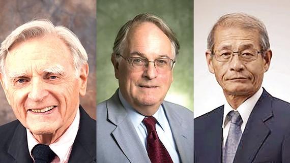 Từ trái qua là các nhà khoa học John B. Goodenough (người Mỹ), Stanley Whittingham (người Anh) và Akira Yoshino (người Nhật)