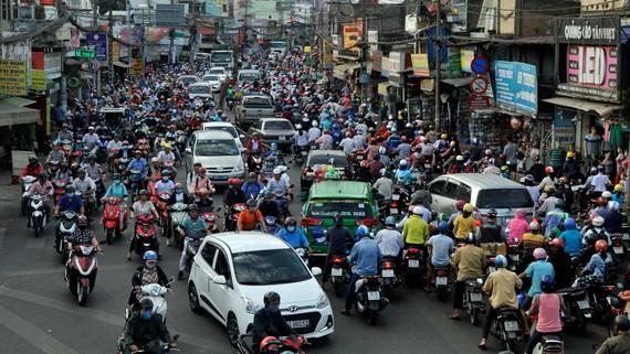 Khí thải của phương tiện giao thông cá nhân góp phần làm không khí ô nhiễm. Ảnh: THÀNH TRÍ