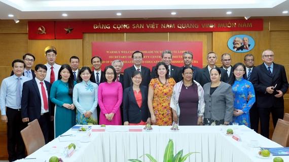 Lãnh đạo Ban Tuyên giáo Thành ủy TPHCM chụp hình lưu niệm với đoàn Ban Tư tưởng Trung ương Đảng Cộng sản Cuba