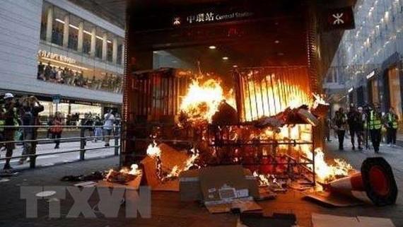 Người biểu tình đốt phá tại lối vào một ga tàu điện ngầm ở Hong Kong, Trung Quốc ngày 8-9-2019. Ảnh: Kyodo/TTXVN
