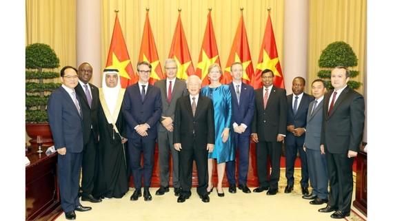 Tổng Bí thư, Chủ tịch nước Nguyễn Phú Trọng chụp ảnh chung với các Đại sứ đến nhận nhiệm kỳ công tác tại Việt Nam. Ảnh: Trí Dũng/TTXVN