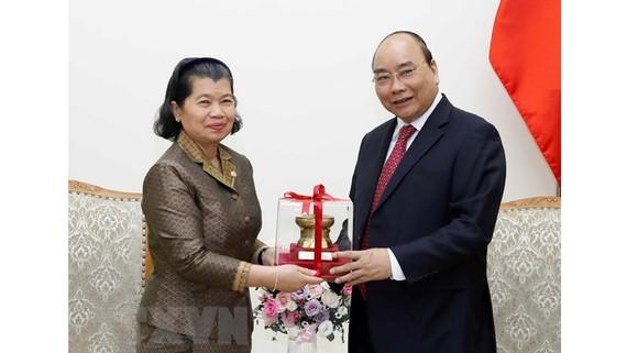 Thủ tướng Nguyễn Xuân Phúc tặng quà lưu niệm cho Phó Thủ tướng Chính phủ Hoàng gia Campuchia, Bộ trưởng Bộ Quan hệ với Quốc hội-Thượng viện và Thanh tra Campuchia Men Sam An. Ảnh: Thống Nhất/TTXVN