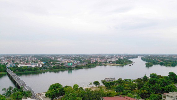 Đô thị Huế từ sông Hương nhìn về hướng biển và đầm phá