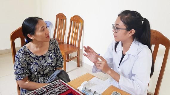 Bác sĩ khám bệnh cho nữ công nhân. Ảnh: THÁI PHƯƠNG