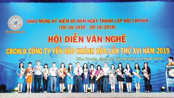 Chủ tịch và TGĐ tặng hoa cho các lãnh đạo nữ Công ty Yến sào Khánh Hòa