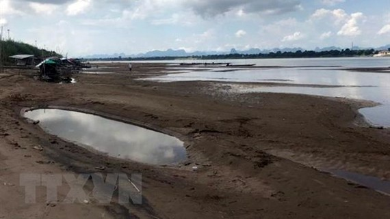 Mực nước sông Mekong xuống mức thấp bất thường. Ảnh: Hữu Kiên/TTXVN