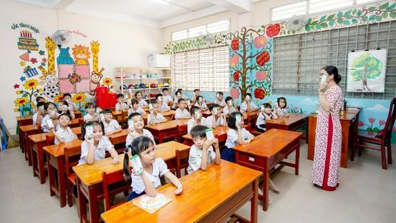 Từ tháng 11-2019, gần 70.000 học sinh mầm non và tiểu học công lập của tỉnh Vĩnh Long sẽ chính thức được thụ hưởng chương trình Sữa học đường