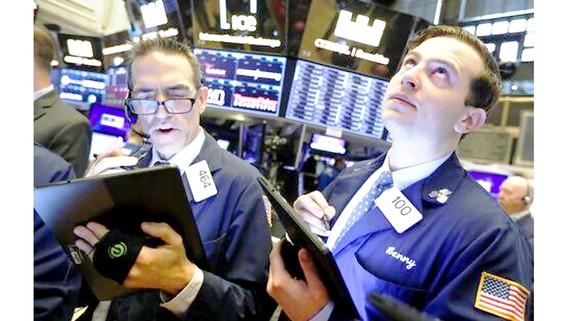 Nhân viên giao dịch tại Sàn giao dịch chứng khoán New York, Mỹ