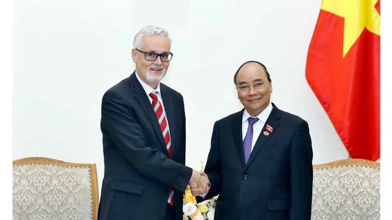 Thủ tướng Nguyễn Xuân Phúc tiếp Đại sứ CHLB Đức Guido Hildner đến chào xã giao, nhân dịp nhận nhiệm kỳ công tác tại Việt Nam. Ảnh: TTXVN